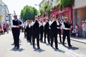 Défilé dans les rues en musique pour la fête des pommiers