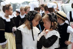 Petites filles en costume traditionnel breton