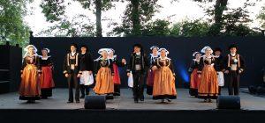 Groupe folklorique breton sur la scène des nuits celtiques